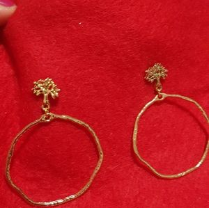 Jewelry - Pretty quaint pair of earrings.